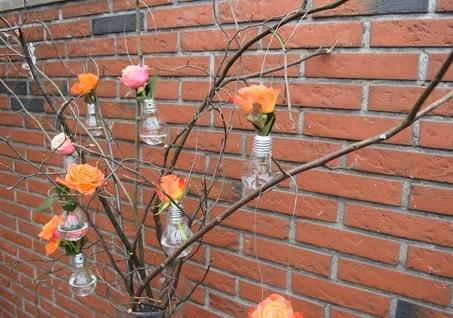 Deko-Baumschmuck aus Glühbirnen
