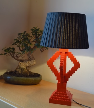 lampe aus lego selber machen rote diy tischleuchte wonoro. Black Bedroom Furniture Sets. Home Design Ideas